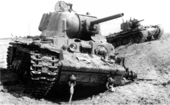 Два подбитых КВ-1. 1942 год. Судя по закрепленным буксирным тросам, переднюю машину пытались буксировать (ЯМ).