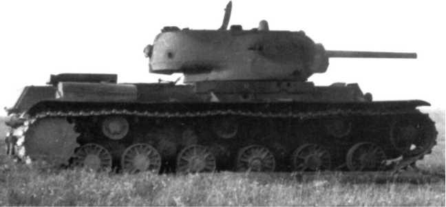 Подбитый в бою танк КВ-1. 1942 год. Машина имеет литую башню, верхний кормовой лист корпуса плоский (РГАКФД).