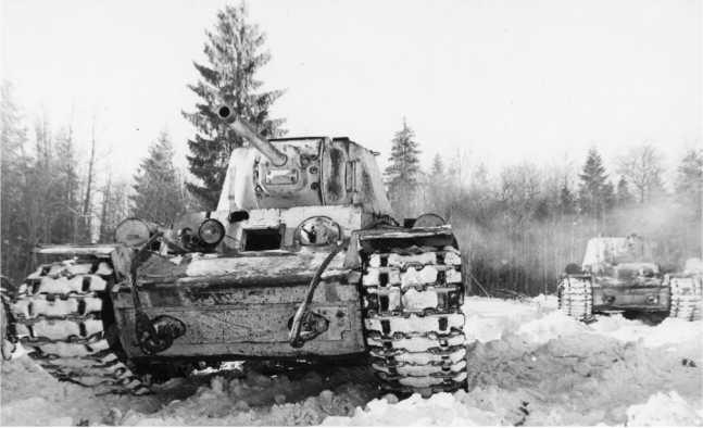 Танки КВ-1 в учебной атаке. Калининский фронт, зима 1942 года (ЦМВС).