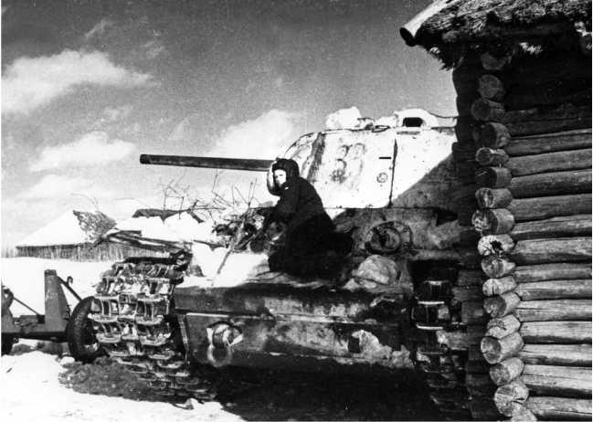 Танк КВ-1 на улице освобожденной деревни. Юго-Западный фронт, январь 1942 года (РГАКФД).