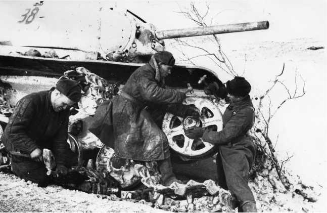 Бригада бойцов ремонтной роты воентехника 2-го ранга В. Т. Мартьянова за ремонтом танка КВ-1. 1-я гвардейская мотострелковая дивизия, Западный фронт, 1942 год (РГАКФД).