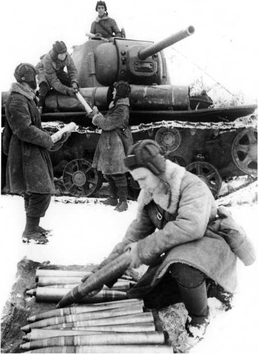 Загрузка артиллерийских выстрелов в танк КВ-1. Действующая Армия, 1942 год. Вероятно, машина выпуска декабря 1941 года, она оснащена литыми опорными катками с отверстиями в диске и дополнительными топливными баками (РГАКФД).