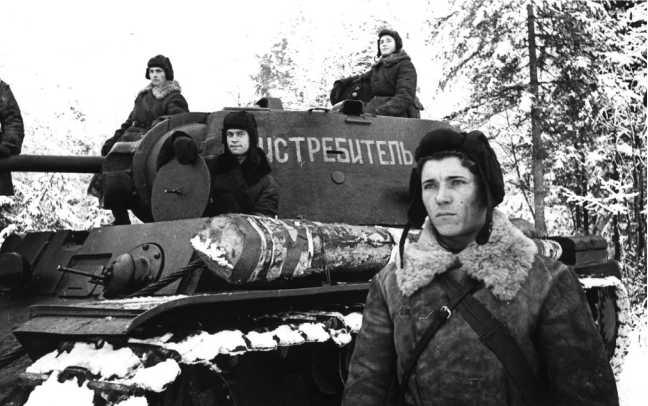 Экипаж танка КВ-1 «Истребитель» младшего лейтенанта Товстика (на переднем плане). Калининский фронт, 1942 год. Обратите внимание на бревно для самовытаскивания, уложенное на левой надгусеничной полке (РГАКФД).