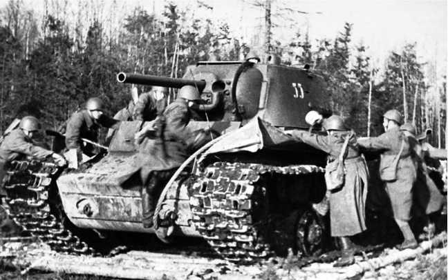 Тренировка автоматчиков по посадке на танк КВ-1. Калининский фронт, весна 1942 года. Машина имеет башенный номер 33 (АСКМ).