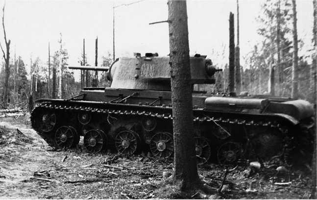 Танк КВ-1 с литой башней и гнутым верхним кормовым листом в перерывах между боями. Калининский фронт, весна 1942 года (АСКМ).