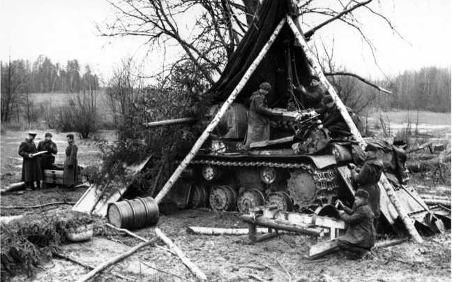 Ремонт танка КВ-1 в полевых условиях. Западный фронт, весна 1942 года. Хорошо видно, что у машины демонтируют двигатель (РГАКФД).