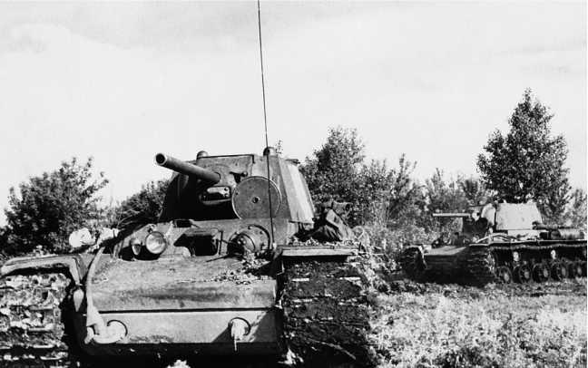 Танки КВ-1 меняют позиции. Западный фронт, весна 1942 года. Передняя машина со сварной, задняя с литой башнями (РГАКФД).
