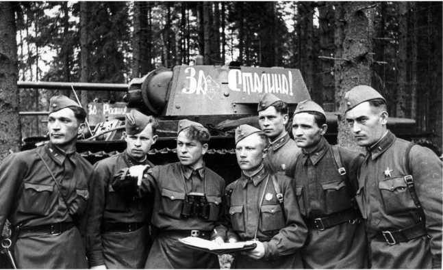 Командир 2-го батальона 145-й танковой бригады капитан В. Л. Труханов ставит боевые задачи экипажам. Западный фронт, май 1942 года (РГАКФД).