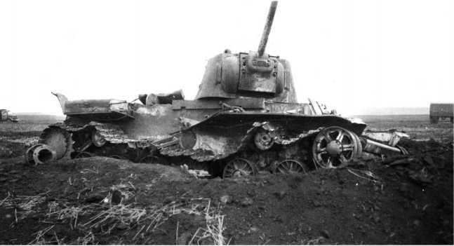 Танк КВ-1, расстрелянный немецкой артиллерией. 1942 год (АСКМ).