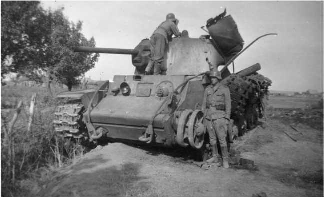 Немецкие солдаты осматривают подбитый танк КВ-1 (с литой башней). Лето 1942 года (АСКМ).