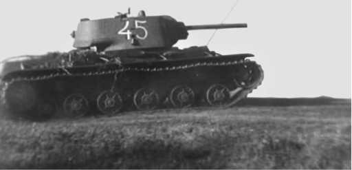 Два КВ-1 из одной танковой части с башенными номерами 45 и 48. Весна 1942 года. Обратите внимание, что у машины на верхнем фото установлен зенитный пулемет, а башня развернута назад (кадры кинохроники).