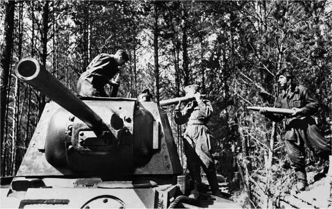 Экипаж пополняет боекомплект — загрузка артвыстрелов в КВ-1, стоящий в капонире. Западный фронт, весна 1942 года (РГАКФД).