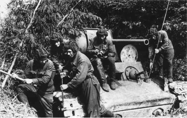 Экипаж КВ-1 за обслуживанием своего танка. Западный фронт, весна 1942 года (РГАКФД).