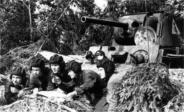 Командир танка младший лейтенант А. А. Томашевич ставит боевую задачу экипажу. Действующая Армия, 1942 год. Обратите внимание на тактический знак на башне КВ-1 (РГАКФД).