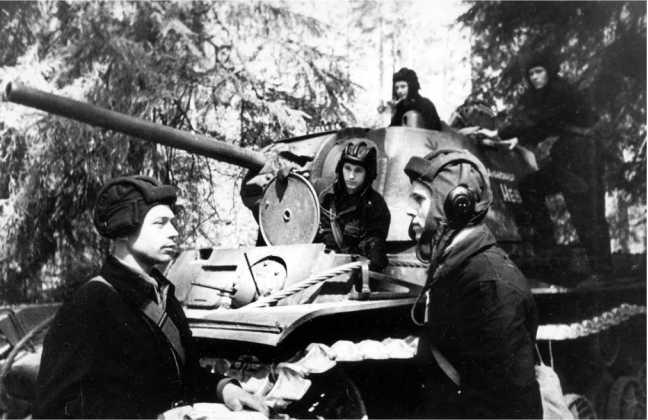 Постановка боевой задачи экипажу танка КВ-1 «Александр Невский». Западный фронт, лето 1942 года (АСКМ).