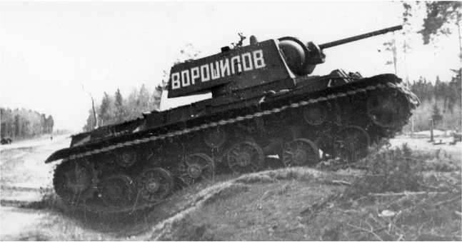 Два танка КВ-1 из состава 3-й гвардейской танковой бригады: верхняя называется «Боевой» (кадр кинохроники), нижняя — «Ворошилов». Фото сделаны в мае 1942 года (АСКМ).