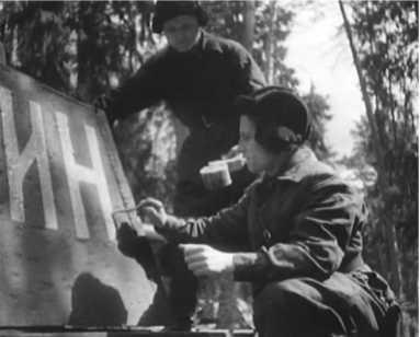 Танкисты 3-й гвардейской танковой бригады наносят надпись на башню КВ-1. Июнь 1942 года (кадр кинохроники).
