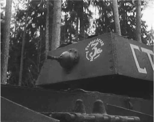 Так первоначально выглядело тактическое обозначение 3-й гвардейской танковой бригады. Впоследствии оно трансформировалось в цифру 3 с кругом и номером батальона внизу (кадр кинохроники).