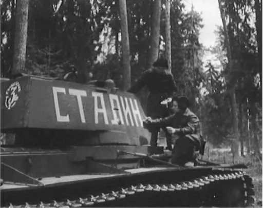 Танк «Сталин» 3-й гвардейской танковой бригады. Июнь 1942 года. Эта же машина на предыдущей странице (кадр кинохроники).