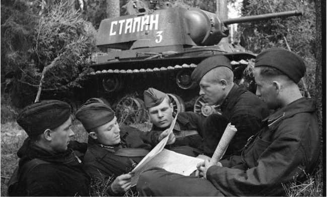 Видимо через некоторое время надпись «Сталин» на танке переписали — на фото та же машина, что и на предыдущих фото (видна заплатка на башне). На фото командир машины гвардии старший лейтенант Лященко Н. И. читает свежий номер газеты. 3-я гвардейская танковая бригада, май 1942 года (АСКМ).
