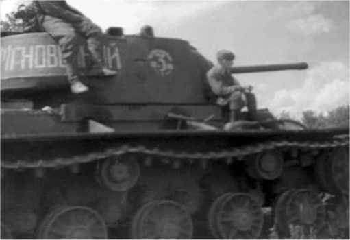 Танк КВ-1 «Мгновенный» 3-й гвардейской танковой бригады. 1942 год. Надписи вокруг цифры 3 закрашены, превратившись, таким образом, в прерывистую окружность (кадр кинохроники).