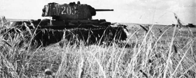 Подбитый танк КВ-1 со сварной упрощенной башней и номером 203. Лето 1942 года (АСКМ).