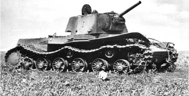 Сгоревший КВ-1 со сварной упрощенной башней и плоским верхним кормовым листом. Большая излучина Дона, лето 1942 года (РГАКФД).
