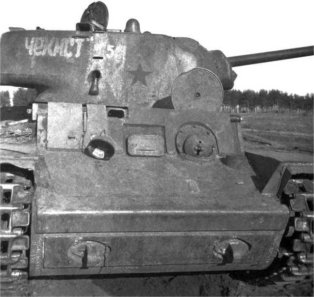 Подбитый танк КВ-1 «Чекист». Лето 1942 года. На башне видна вертикальная полустертая белая полоса, номер 50 и красная звезда (АСКМ).