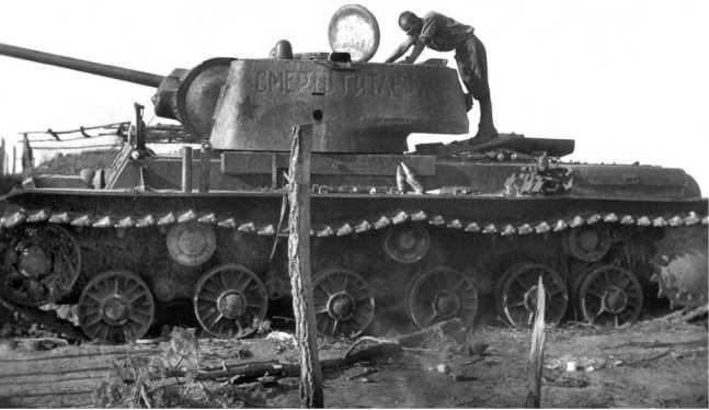 Танк КВ-1 «Чекист», снятый с другого борта. На башне надпись «Смерть Гитлеру», белая полоса отсутствует, машина имеет плоскую крышку люка моторного отделения и гнутый верхний кормовой лист (АСКМ).