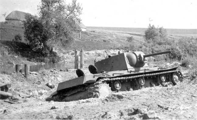 Застрявший берегу водоема танк КВ-1 со сварной упрощенной башней и плоским верхним кормовым листом. Лето 1942 года (АСКМ).