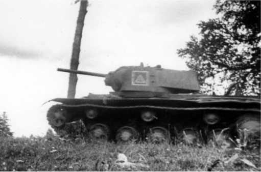 Танк КВ-1 на марше. Калининский фронт, август 1942 года. На башне обозначение в виде квадрата с треугольником внутри (РГАКФД).