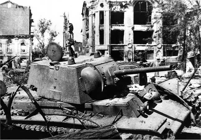 Танк КВ-1 со сварной упрощенной башней, подбитый на Базарной площади Ростова во время уличных боев за город. Июль 1942 года. На башне видна броневая заплатка (ЯМ).