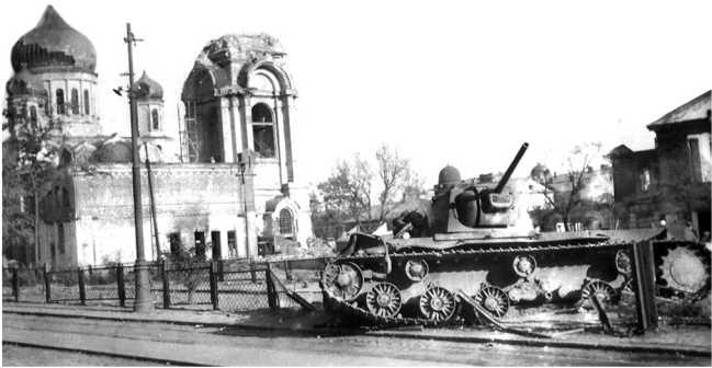 Тот же подбитый в Ростове КВ-1, что и на предыдущем фото. На заднем плане — собор Рождества Пресвятой Богородицы. Машина простояла на этом месте почти всю войну (АСКМ).