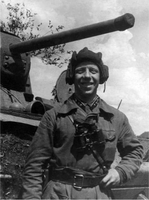 Командир танковой роты лейтенант И.И. Силаев, экипаж которого подбил и уничтожил более 10 танков противника, у своего КВ-1. Июль 1942 года (РГАКФД).