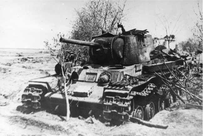Подбитый артиллерийским огнем танк КВ-1. Лето 1942 года. Машина имеет литую башню и катки с внутренней амортизацией (ЯМ).