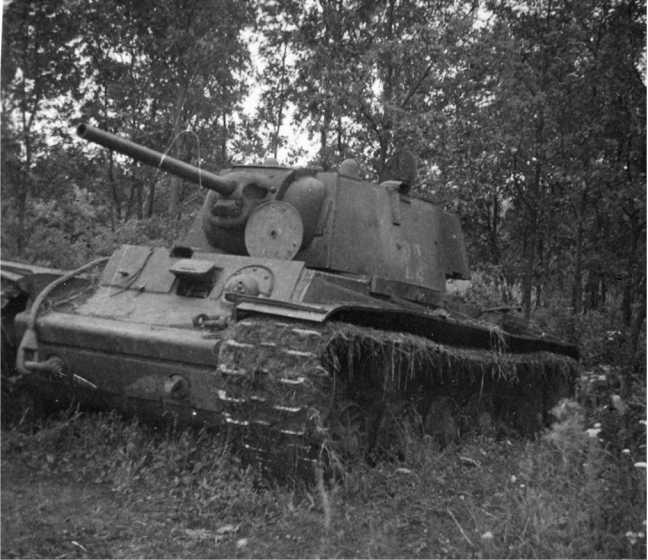 Этот КВ-1 со сварной упрощенной башней, вероятно, застрял, и впоследствии был оставлен. Лето 1942 года. На борту башни видны полустертые цифры 22 (АСКМ).