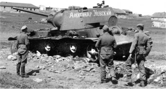 Немцы осматривают подбитый танк КВ-1 «Александр Невский». Лето 1942 года. Машина имеет сварную башню, плоский верхний кормовой лист и выпуклую крышку люка моторного отделения (АСКМ).