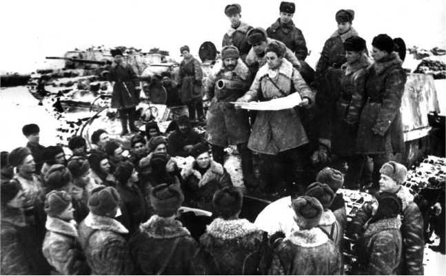 Митинг в одной из танковых бригад на машинах КВ-1. Район Сталинграда, декабрь 1942 года (ЦМВС).