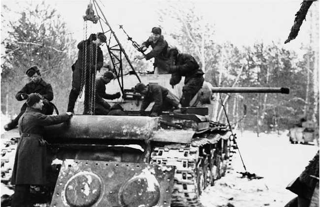 Ремонт танка КВ-1 в полевых условиях. Центральный фронт, февраль 1943 года. Стрела лебедки закреплена на башне танка (РГАКФД).