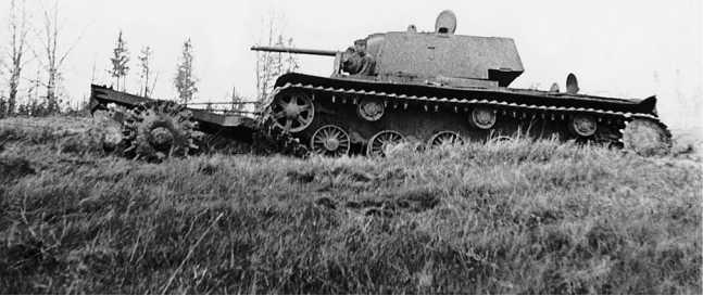 Танк КВ-1 с катковым минным тралом ПТ-3. Ленинградский фронт, 260-й гвардейский танковый полк, июнь 1944 года (РГАКФД).