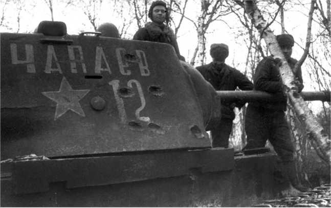 """Командир танка КВ-1 """"Чапаев"""" гвардии сержант И. П. Горюнов на своей боевой машине. Карельский фронт, весна 1944 года. На Карельском фронте к этому времени еще имелось небольшое количество КВ-1 (РГАКФД)."""