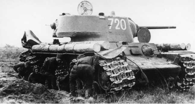 Экипаж КВ-1 младшего лейтенанта Г. И. Иванова из состава <emphasis>31-го гвардейского танкового полка прорыва восстанавливает подорвавшийся на мине танк. Ленинградский фронт, Карельский <emphasis>перешеек, июнь 1944 года (РГАКФД СПБ).