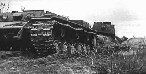 Тягач КВ-Т эвакуирует поврежденный танк КВ-1. 1944 год (кадр кинохроники).