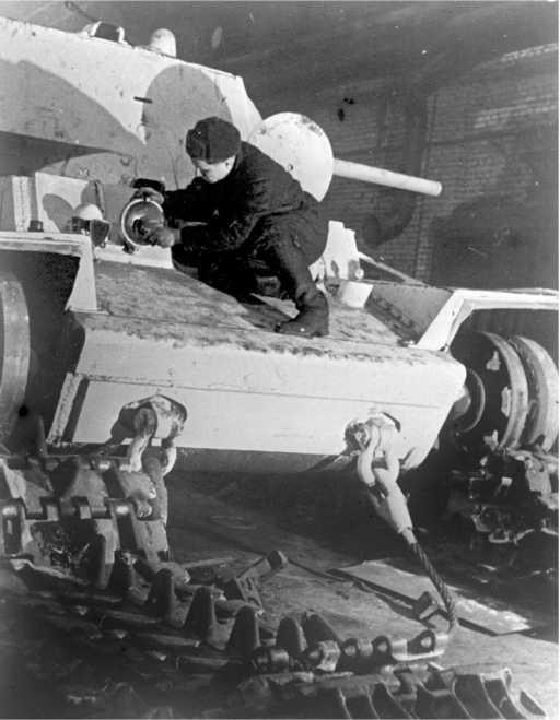 Ремонт танка КВ-1 на одном из московских заводов. Зима 1942 года (АСКМ).