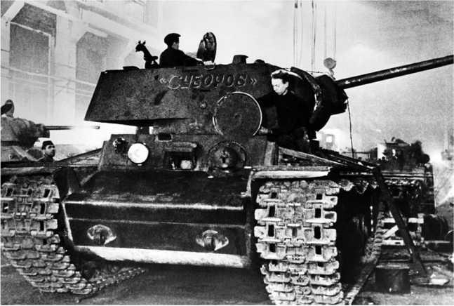 Танк КВ-1 на ремонте на одном из предприятий Ленинграда. На заднем плане видны Т-34 (слева) и БТ-2 (справа), дата съемки неизвестна (АСКМ).