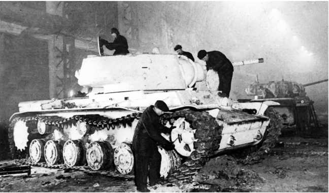 "Рабочие завода ""Серп и молот"" за ремонтом танков КВ-1. Москва, зима 1942 года РГАКФД)."