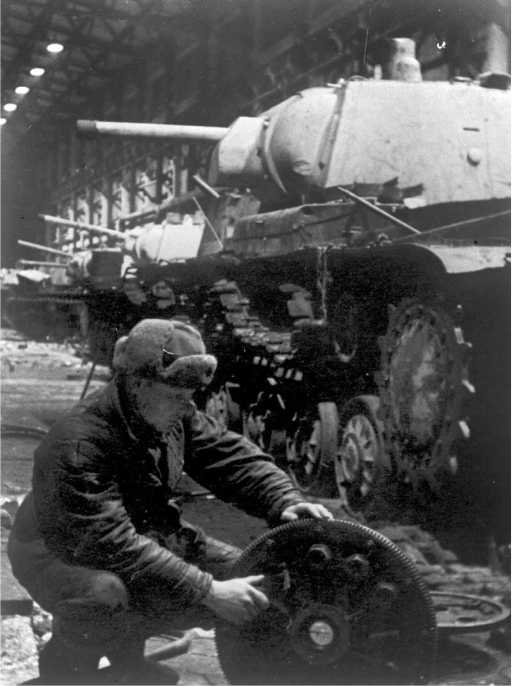 Танки КВ-1, доставленные для ремонта. Зима 1942 года (АСКМ).