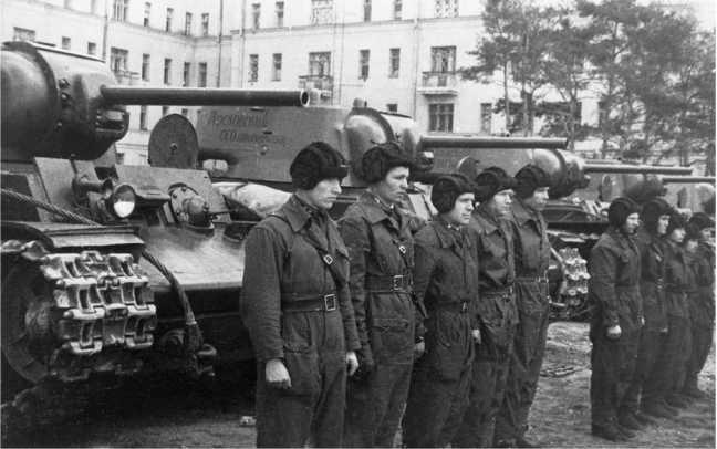 Передача танков КВ-1 колонны «Московский осоавиахимовец», построенной на средства, собранные трудящимися столицы. Москва, 1 мая 1942 года (АСКМ).