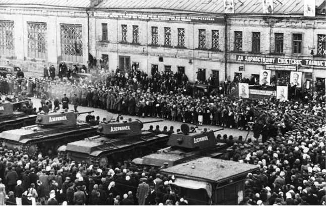 Передача танков КВ-1 «Дзержинец», построенных на деньги жителей Дзержинского района Москвы. 28 июня 1942 года (РГАКФД).