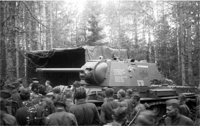 Торжественная передача танка КВ-1 «Беспощадный», построенного на средства поэтов С. Маршака, С. Михалкова и художников Кукрыниксы (М. Куприянов, П. Крылов, Н. Соколов). 25 мая 1942 года (ЦМВС).